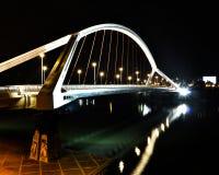 现代白色桥梁在夜之前 图库摄影