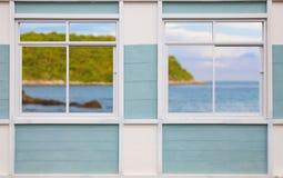 现代白色窗口迷离风景海岛和天空背景 免版税图库摄影