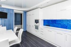 现代白色蓝色内部厨房用餐的室 库存照片