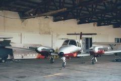 现代白色超轻型的体育飞机在飞机棚 库存图片