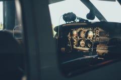 现代白色超轻型的体育飞机在飞机棚 图库摄影