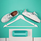 现代白色鞋子平的位置  顶上的顶视图摄影 青年生活方式概念 绿松石背景 免版税库存图片