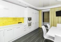 现代白黄色内部厨房用餐的室 图库摄影