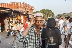 戴现代眼镜的年轻人 免版税库存图片