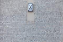 现代石砖墙和灯 免版税库存图片