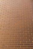 现代砖墙在作为背景的一个明亮的晴天 看从 免版税库存照片