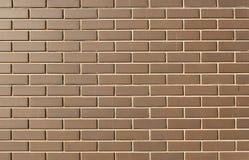 现代砖墙在作为背景的一个明亮的晴天 库存图片