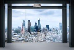 现代空的办公室内部内部空间与伦敦市的 免版税图库摄影