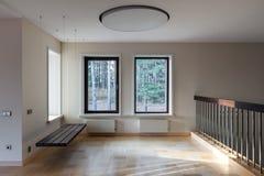 现代空的空间内部与暂停的长凳和窗口的 库存图片