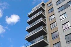 现代建筑学公寓房城市摩天大楼公寓的居民住房 库存照片