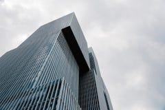 现代建筑学办公楼低角度视图在Rotterd 免版税库存图片