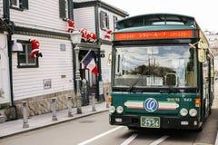 现代建筑学和公共汽车在Kitano区,日本 库存照片