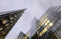 现代建筑学在晚上 免版税库存照片