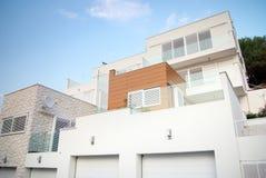 现代建筑学外部细节,白色和干净 免版税库存照片