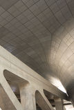 现代建筑学曲线和混凝土 库存照片