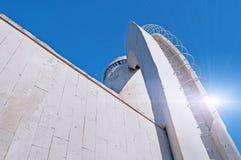 现代建筑学都市风景建筑学都市视图在冷的未来派口气的与反射光 免版税库存照片