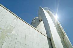 现代建筑学都市风景建筑学都市视图在冷的未来派口气的与反射光 图库摄影