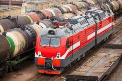 现代红色柴油电力机车 免版税库存图片