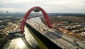 现代缆绳被停留的Zhivopisny桥梁鸟瞰图在莫斯科 库存图片