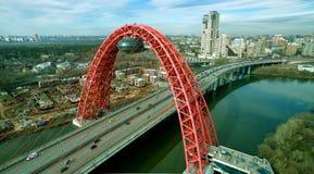 现代缆绳被停留的Zhivopisny桥梁,莫斯科鸟瞰图  免版税库存图片