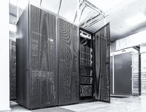 现代网络和电信技术计算机概念:datacenter的服务器室 黑色白色 图库摄影