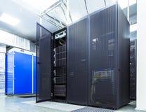 现代网络和电信技术计算机概念:datacenter的服务器室 免版税库存照片