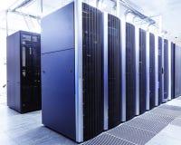现代网络和电信技术计算机概念:datacenter的服务器室 库存图片