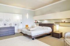 现代美丽的公寓在新的豪华家 库存图片