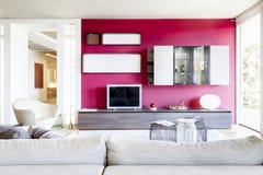现代美丽的公寓在新的豪华家 免版税库存照片