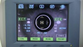 现代自动化的机器审查的眼珠 在一个专业医疗设备屏幕上的眼睛检查测试 股票视频