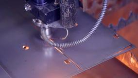 现代自动化的激光metall切削刀 做高精度钢的当代重的工业设备分开 影视素材
