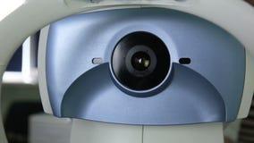 现代自动化的医疗机器审查的眼珠 在一个专业医疗设备屏幕上的眼睛检查测试 股票视频