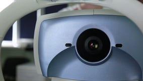 现代自动化的医疗机器审查的眼珠 在一个专业医疗设备屏幕上的眼睛检查测试 影视素材