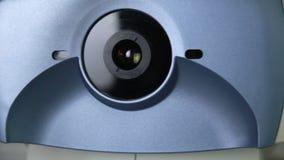 现代自动化的医疗机器审查的眼珠 在一个专业医疗设备屏幕上的眼睛检查测试 股票录像