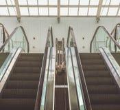 现代自动扶梯在购物中心 库存图片