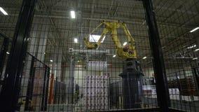 现代自动机器折叠在堆的卫生纸块 股票录像