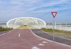 现代自行车和人行桥 库存图片