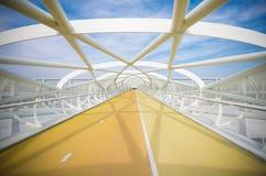 现代自行车和人行桥 免版税库存图片