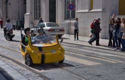 现代黄色tuk-tuk在里斯本 免版税图库摄影