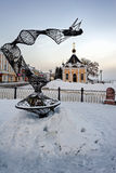 现代艺术和圣尼古拉斯教堂伏尔加河embankme的 库存照片