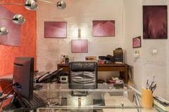 现代艺术家的凌乱的家庭工作室 免版税库存照片