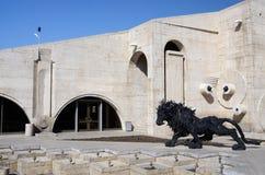 现代艺术雕象(狮子)在耶烈万小瀑布,亚美尼亚附近 免版税库存照片