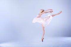 现代芭蕾舞女演员跳舞在演播室 免版税库存图片