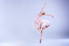现代芭蕾舞女演员跳舞在演播室 图库摄影