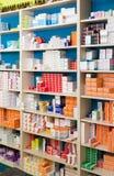现代药房存贮系统有物品的在架子 免版税库存照片