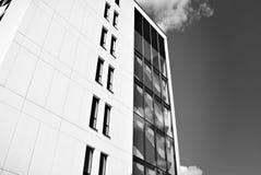 现代营业所修造的外部 黑色白色 库存图片