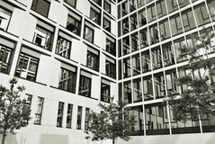 现代营业所修造的外部 黑色白色 库存照片