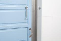 现代蓝色门和把柄在家 免版税库存图片
