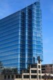 现代蓝色玻璃办公室塔边缘  免版税库存图片