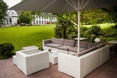 现代被塑造的露台咖啡馆休息室在公园 免版税库存照片